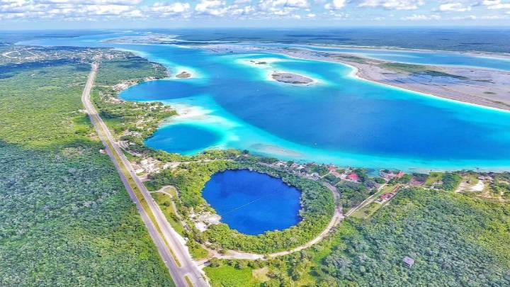 La laguna de los siete colores en Bacalar, mayor atractivo turístico